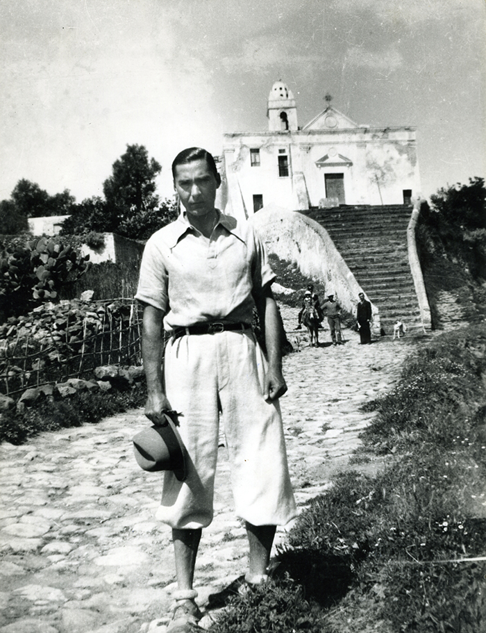 1934-Lipari-Curzio-Malaparte-davanti-alla-Chiesa-dellAnnunziata-con-la-scalinata-che-gli-ispirerà-la-villa-di-Capri.jpg